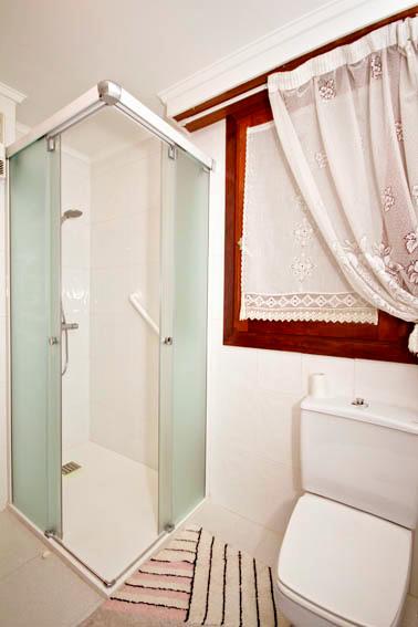 Azulejos Baño Seguro:reforma de bano con cambio de banera por plato de ducha y mobiliario