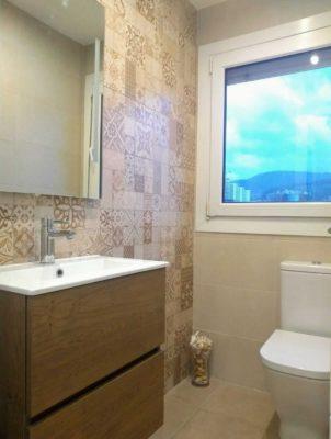 reforma baño marron amarillo bizkaia