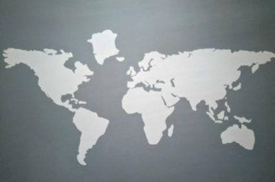 reforma mapa gris y blanco baño pared